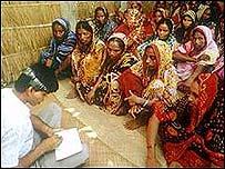 El Banco Grameen de Bangladesh es pionero de esta receta.