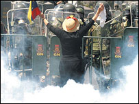 Manifestante se enfrenta a barrera de fuerzas antimot�n. (Foto cortes�a de Nicol�s Pineda/TalCual)