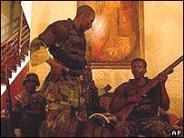 Rebeldes descansan en un hotel de Cabo Haitiano.