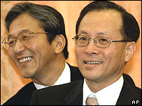 South Korean Deputy Foreign Minister Lee Soo-hyuck, right, and Japanese Foreign Ministry Director General Mitoji Yabunaka