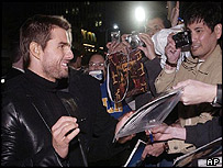 Cruise signs autographs at he premiere of his film