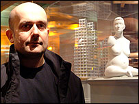 Marc Quinn with his sculpture Alison Lapper Pregnant