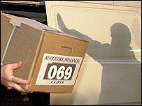 Transporte de las urnas con las firmas de la oposición