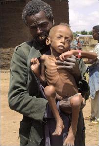 Foto de padre e hijo etiopes en 2003. Imagen del Programa Mundial de Alimentos de la ONU. http://www.wfp.org/