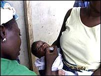 Un bebé recibiendo una vacuna contra la polio