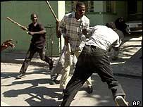Un estudiante es atacado durante una marcha de protesta en Puerto Príncipe
