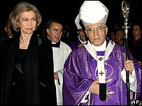 Spain's Queen Sofia (left) enters the Almudena cathedral with Madrid's Cardinal Antonio Maria Rouco Valela to listen to a mass service, 16 March 2004