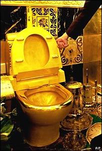 Inodoro de oro sólido en una joyería de Hong Kong
