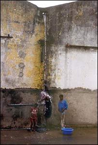 J�venes se duchan bajo un chorro en Mozambique