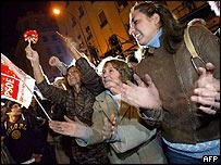 Simpatizantes del partido Socialista festejan el triunfo de las elecciones.