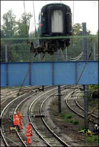 Train lifted from site of the Hatfield crash