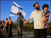 Israelis opposed to the Gaza withdrawal plan form a human chain in protest, 25 July 2004