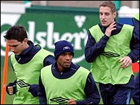 Dawson (right) with England's Frank Lampard (left) and Trevor Sinclair