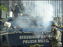 Un efectivo de la GN lanza gas lacrimógeno.