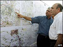 Defence Minister Shaul Mofaz looks at map with Maale Adoumim mayor Beni Kashriel