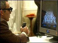 El gran maestro ruso Gary Kasparov disputando una partida virtual
