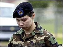 ليندي انجلاند في طريقها للمحكمة العسكرية