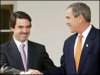 Aznar estrecha la mano de Bush.
