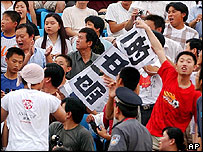 Police officers try to confiscate a banner from Chinese fans during the semi-final match, Aug. 3, 200