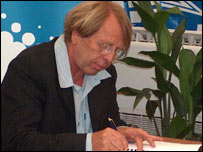 Claude Leroy signs his contract as coach of the DR Congo