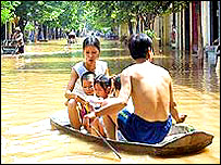 Family avoid floods in Vietnam, BBC