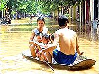 Family avoid floods in Vietnam, BBC