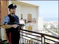 Italian policeman (archive)