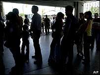 Personas esperando ser registradas para votar en el referendo.