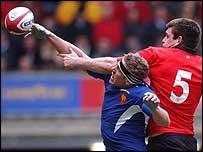 Imanol Harinordoquy beats Michael Owen to the ball