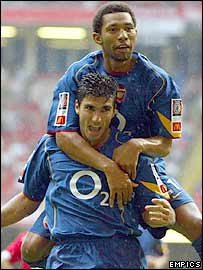 Jermaine Pennant (top) celebrates with Jose Antonio Reyes