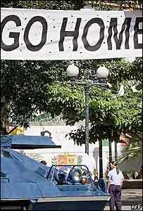En una calle caraqueña, un cartel le pide al embajador de EE.UU. que se vaya.