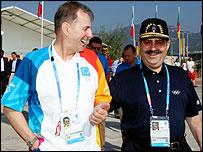 Жак Рогге (слева) идет по Олимпийской деревне с членом МОК Марио Васкесом Рамой