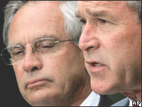 Porter Goss y el presidente de EE.UU., George W. Bush