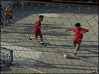 J�venes jugando f�tbol