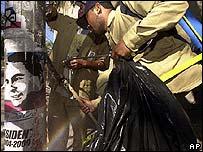 Trabajador del Estado limpiando las calles.