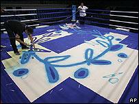 Preparativos en el ring de boxeo