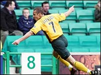 Henrik Larsson celebrates at Easter Road