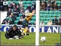 Henrik Larsson scores