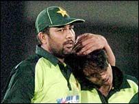 Inzamam hugs pace bowler Mohammed Sami