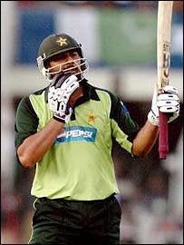 Inzamam ul-Haq salutes the crowd