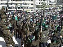 Palestinos enmascarados disparan al aire, durante manifestaciones de protesta.