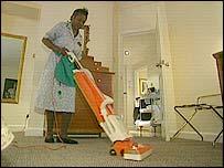 Limpiadora pasando la aspiradora