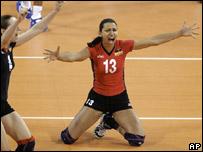 La jugadora de voleibol alemana, Atika Bouagaa celebra la victoria de su equipo ante Cuba.