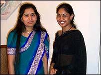 Ratnabali Day Sengupta, emigrante india en EE.UU. (derecha) con su hija.