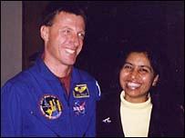 Ratnabali Day Sengupta con el astronauta Mike Foale.