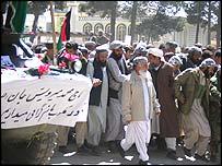 اسماعيل خان پيشگام تشييع کنندگان بود