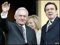Polish Prime Minister Leszek Miller (left) and German Chancellor Gerhard Schroeder