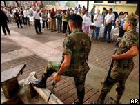 Soldados custodian un centro de votaci�n, Caracas