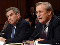 وزير الدفاع الأمريكي رامسفيلد وإلى يساره نائبه بول وولفويتس خلال شهادته أمام لجنة التحقيق في الهجمات الإرهابية على الولايات المتحدة، 23 مارس/آذار 2004