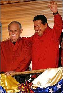 El presidente Ch�vez junto al vicepresidente Jos� Vicente Rangel en un balc�n del palacio presidencial